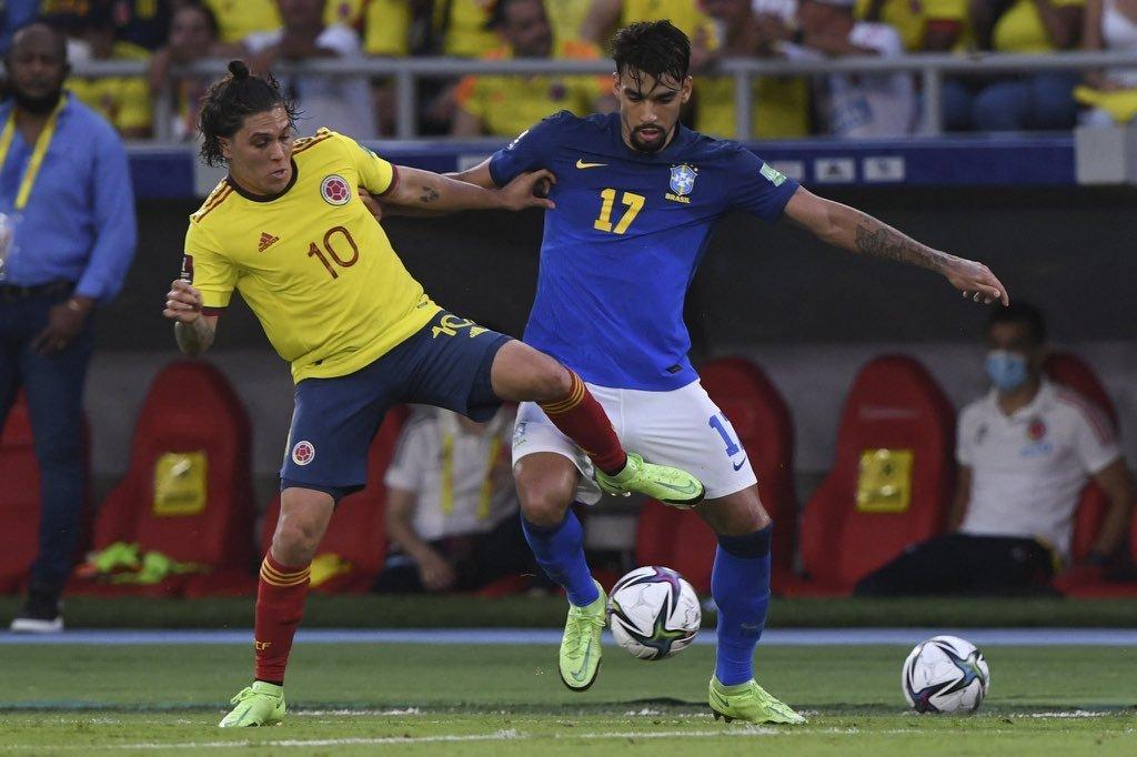 Lucas Paquetá jogou como terceiro volante. Tite também obrigou o meia a defender