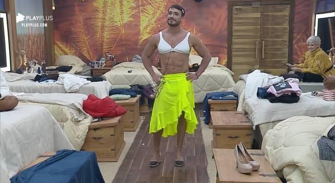 As peoas fizeram uma superprodução e vestiram Lucas Viana de mulher