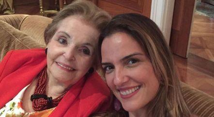 Uma das fotos postadas por Luciana, ao lado da sogra