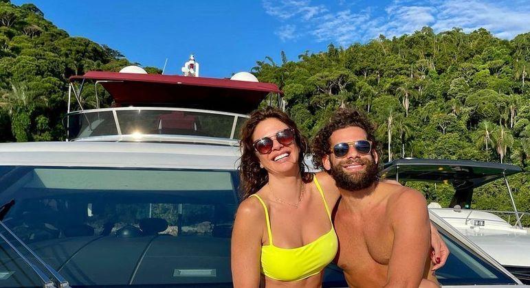 Apresentadora esbanjou alegria em foto com o namorado em Angra dos Reis, no Rio