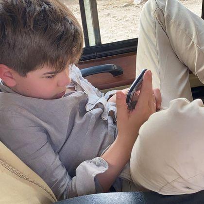Mas quando o cansaço bate, é o celular, mesmo, que costuma distrair o pequeno de Luciana Gimenez
