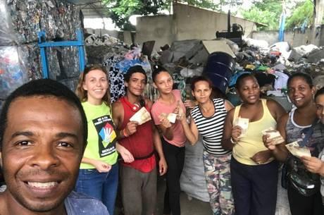 Luciana e a distribuição da ajuda aos catadores