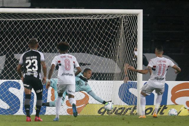 Luciano cobrou de forma displicente e facilitou a defesa de Diego Loureiro
