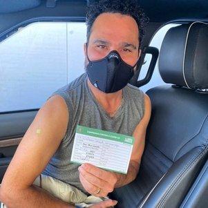 Luciano Camargo é vacinado