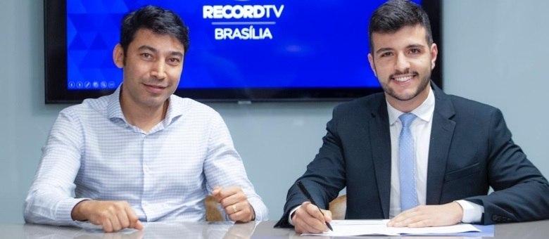 Luciano Ribeiro Neto, diretor geral da Record TV Brasília, ao lado do jornalista Matheus Ribeiro