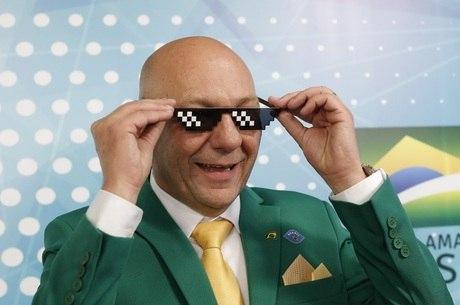 Hang brinca com óculos em evento com Bolsonaro