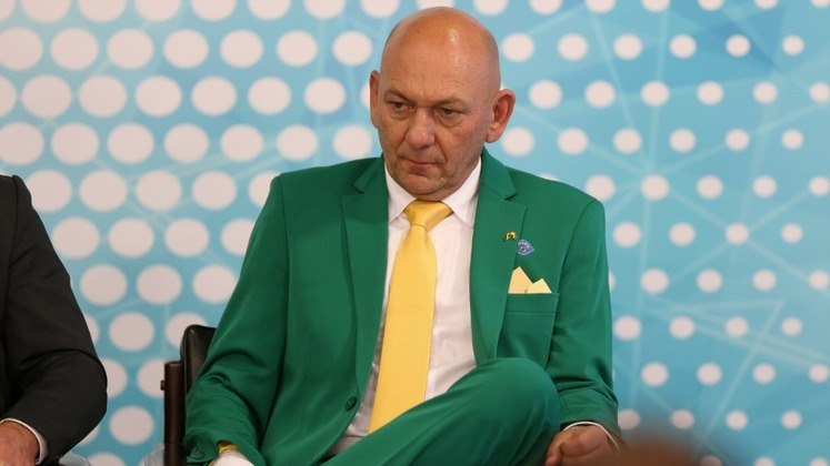 Luciano Hang, 58 anos - Fortuna estimada em 2,2 bilhões de dólares - Torcedor do Brusque - Fonte da riqueza: Havan - 31º colocado na lista de pessoas mais ricas do Brasil, segundo a revista Forbes.