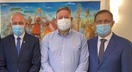 Luciano Hang (à esq.), Arthur Lira e Carlos Wizard durante entrega de abaixo assinado, em Brasília