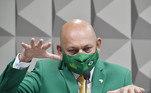 """Emdepoimento à CPI da Covid-19, no Senado, o empresário Luciano Hang confirmou que tem contas bancárias no exterior, """"duas ou três"""", mas negou financiar a disseminação de fake news, em particular sobre temas ligados à pandemia do novo coronavírus. O empresário afirmou que soube pela própria comissão que no atestado de óbito de sua mãe não constava a infecção pelo vírus. Segundo Hang, em seguida ele procurou a Prevent Senior"""