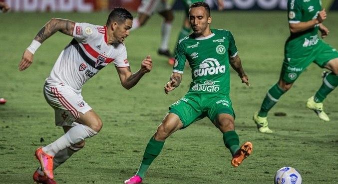 Luciano, do São Paulo, fez mais um jogo apagado e foi substituído no intervalo