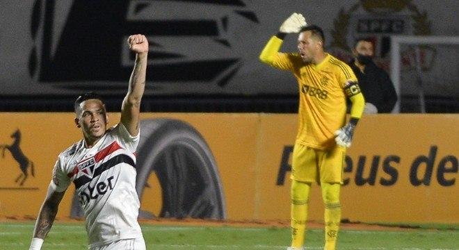 Luciano comemora um de seus gols na vitória sobre o Flamengo