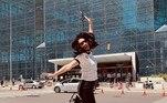 A atriz Lucy Liu, de 52 anos, revelou estar completamente vacinada contra a covid-19. Ela comemorou pulando na frente do centro de convenções onde foi imunizada, em Nova York