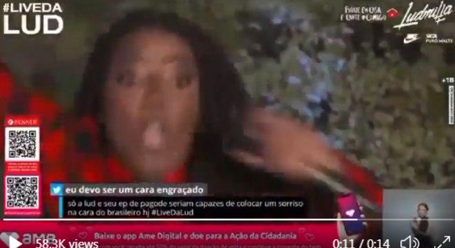 Ludmilla cai na piscina, ao vivo, durante transmissão de live