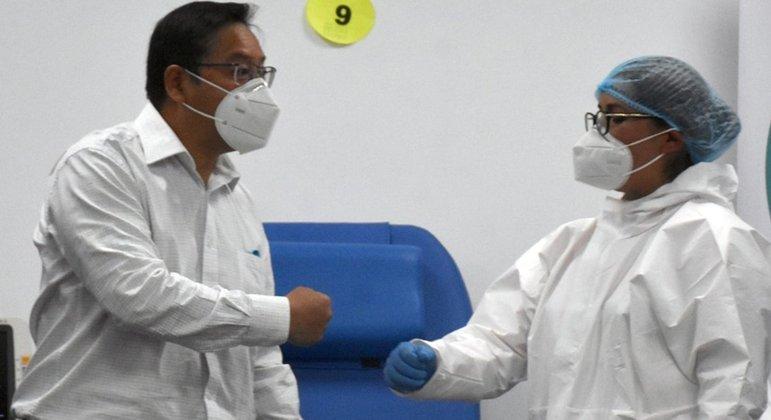 Luis Arce recebeu a primeira dose da vacina russa Sputnik V
