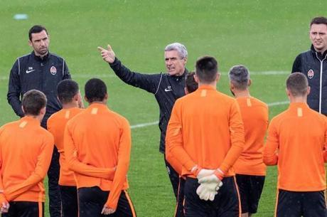 Luís Castro conversa com jogadores do Shakhtar