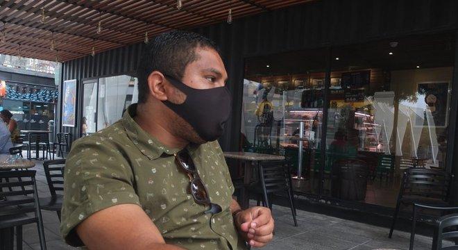 """Luis Cheme relembra com medo aquelas primeiras semanas da pandemia. """"Nunca tínhamos visto algo semelhante. A princípio você vê de longe, mas quando as pessoas próximas começam a morrer, você vê que é real."""""""