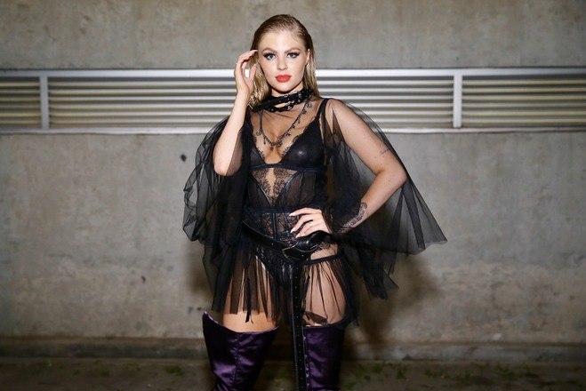 A cantora apostou forte na transparência e usou uma lingerie por baixo das rendas. Ela fez um vídeo para mostra o look e avisou: 'O corpo é meu'