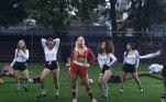 Já o clipe Friend de Semana é baseado no estilo colegial americano