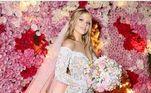 Luísa Sonsa usou um vestido com bordados em relevo 3D no dia do casamento com Whindersson Nunes, em 2018. A peça de modelo ombro a ombro e com decote V foi assinada pela estilista Lethicia Bronstein, queridinha dos famosos, e levou dois meses para ser confeccionada