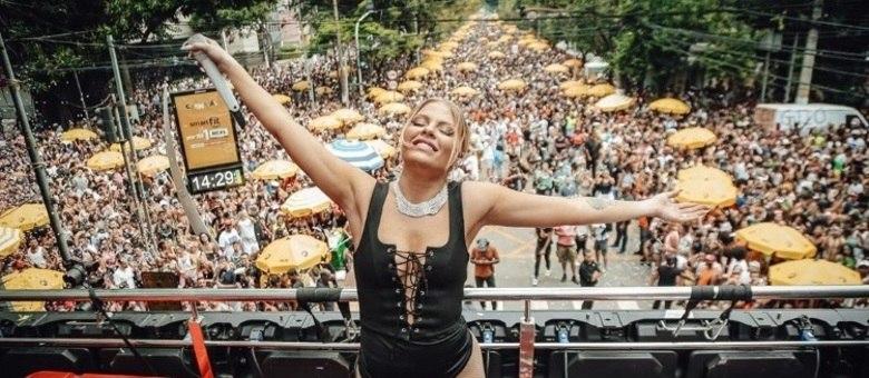 Luísa Sonza estreia como musa no desfile da Grande Rio