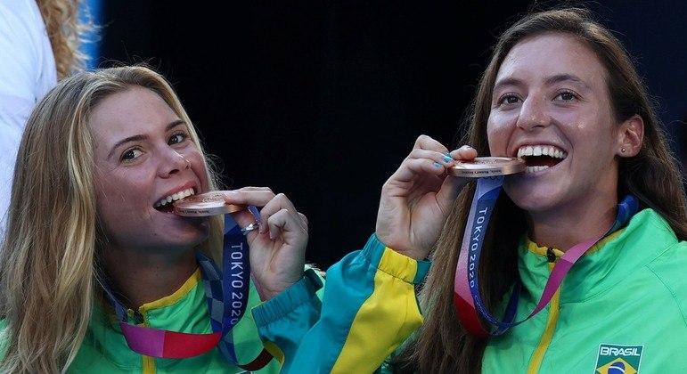 Luísa Stefani (direita) vive o ápice da carreira após o bronze conquistado em Tóquio 2020