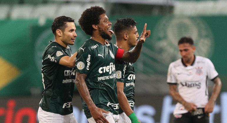 Luiz Adriano bem posicionado e com sede de gols. Marcou dois