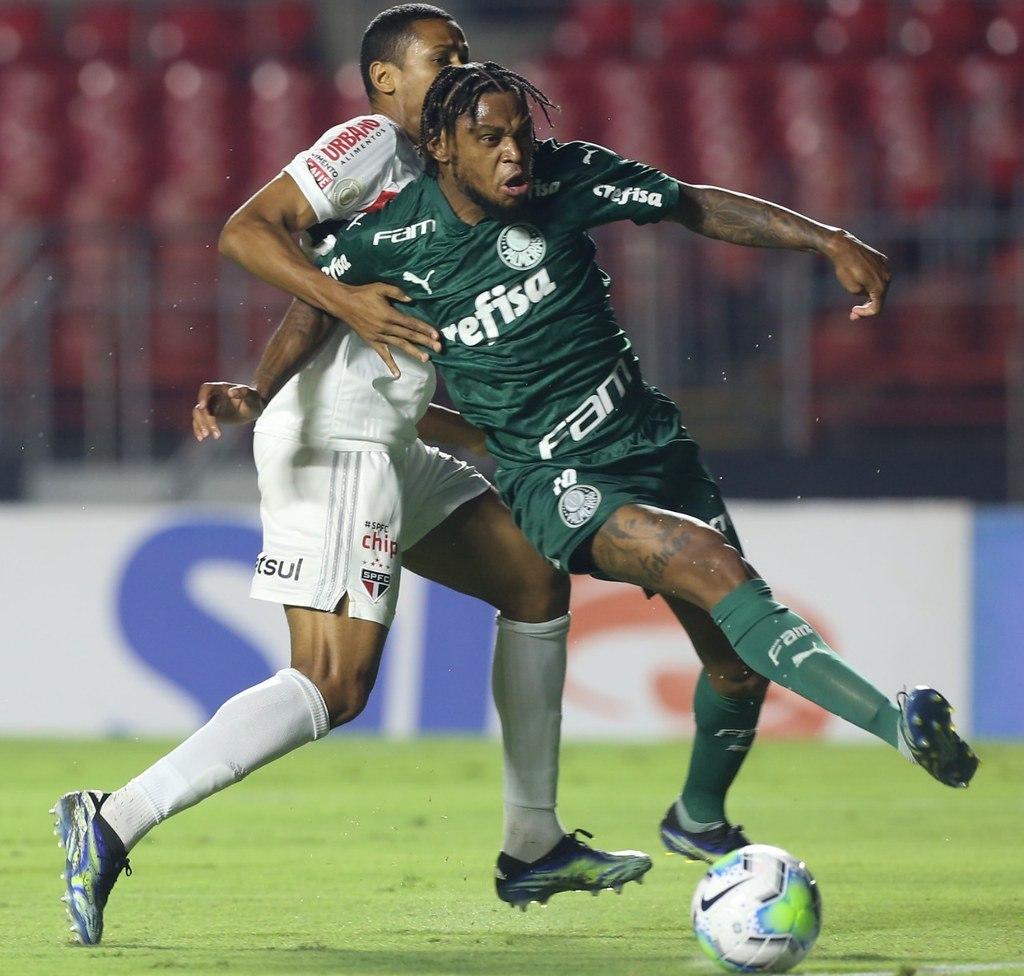 Luiz Adriano foi seguro por Bruno Alves. Pênalti claro não dado