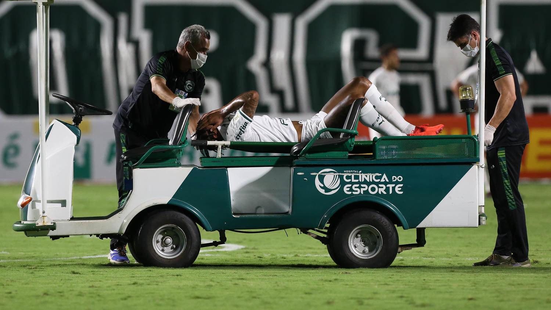 Luiz Adriano saiu contundido, de maca. Preocupação para quarta, pela Libertadores
