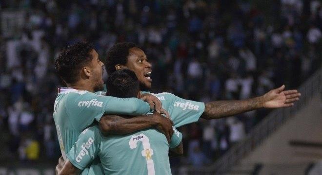 Jogadores do Palmeiras comemoram em goleada do Palmeiras