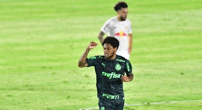 Luiz Adriano comemora um dos gols a vitória do Palmeiras