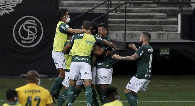 Jogadores do Palmeiras comemoram gol contra o Corinthians