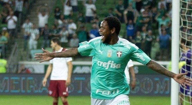 Com três gols, Luiz Adriano determinou a diferença entre os clubes