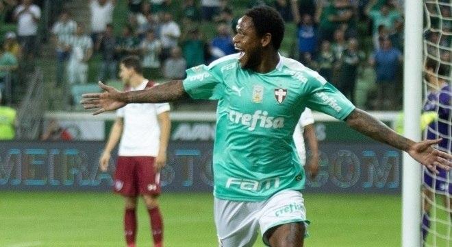 Luiz Adriano, com três gols, sobrou na vitória do Palmeiras sobre o Fluminense