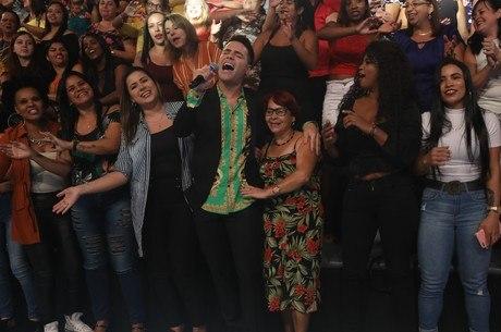 """Bacci canta o sucesso sertanejo """"Evidências"""" de Chitãozinho e Xororó"""