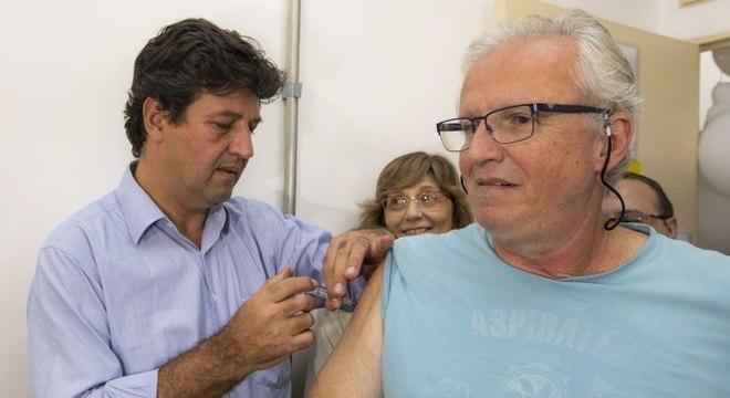 Ministro da Saúde, Luiz Henrique Mandetta, que é medico, vacinou homem