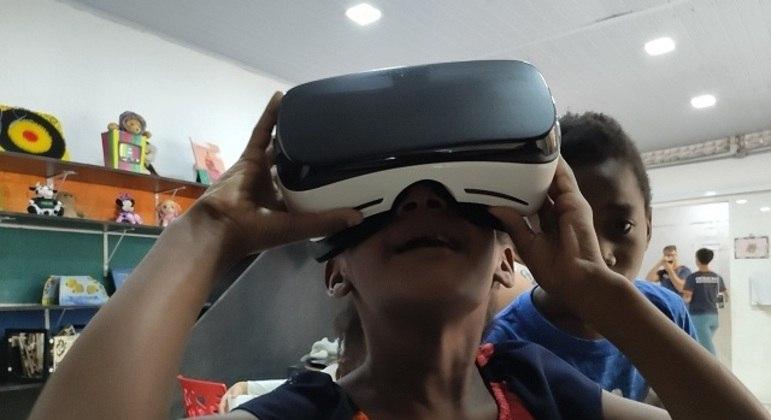 Crianças carentes nos cursos gratuitos de programação e tecnologia na Ocupação Mauá