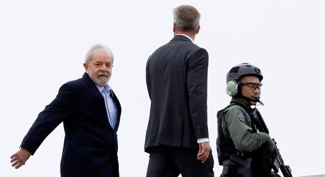 Ex-presidente Lula ao deixar cadeia da Polícia Federal para acompanhar enterro do neto