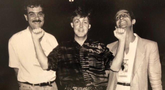 Luiz Oscar Niemeyer, Paul McCartney e Christian Nach posam sorrindo para foto em preto e branco