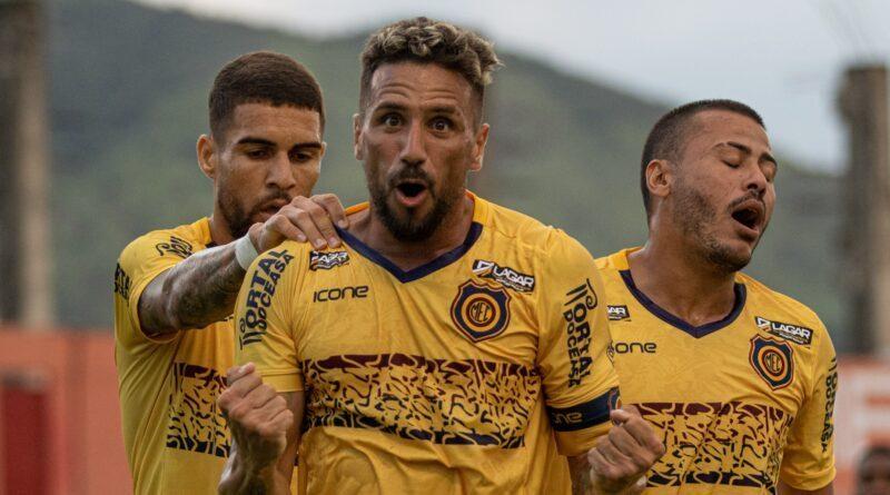 O atacante Luiz Paulo (à frente) é um dos destaques do invicto Madureira