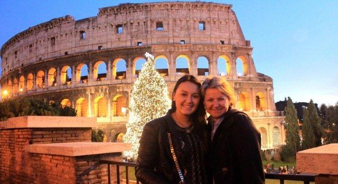 Luiza ao lado da mãe, no Natal de 2012, dias após receber alta hospitalar