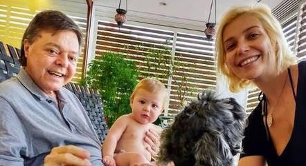 Luiza Possi com o pai, o filho e o cão de estimação