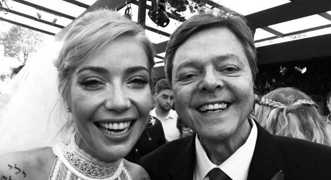 Luiza Possi divulgou foto ao lado do pai no dia de seu casamento