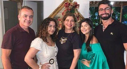 Luiza junto com a família
