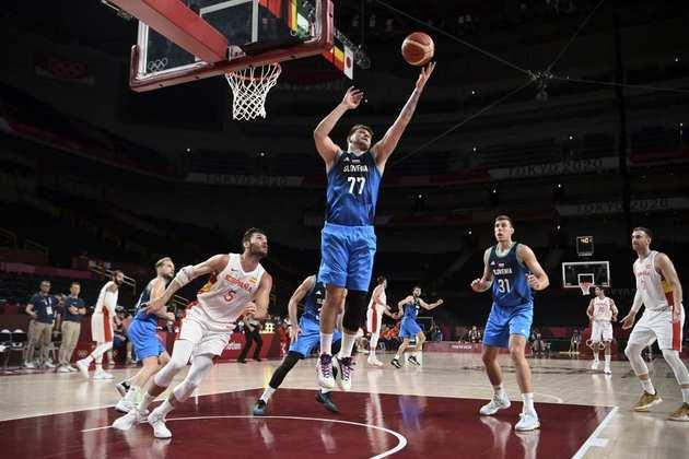 Luka Doncic comandou a vitória da Eslovênia sobre a Espanha por 95 a 87. O astro esloveno terminou a partida com 12 pontos, 14 rebotes e 9 assistências. A Eslovênia avançou às quartas de final na liderança do Grupo A.