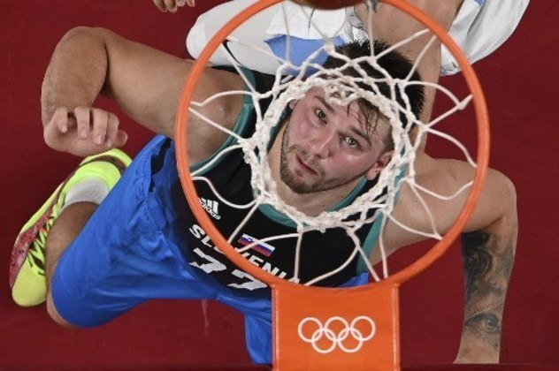 Luka Doncic estreou em Olimpíadas fazendo história. O astro da Eslovênia comandou a vitória sobre a Argentina por 118 a 100 e anotou 48 pontos – a segunda maior marca da história do basquete masculino em Jogos Olímpicos, atrás apenas aos 55 pontos de Oscar Schmidt em 1988.