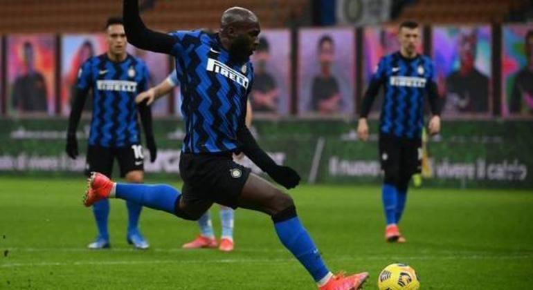O momento da cobrança do penal por Lukaku, então Inter 1 X 0 Lazio