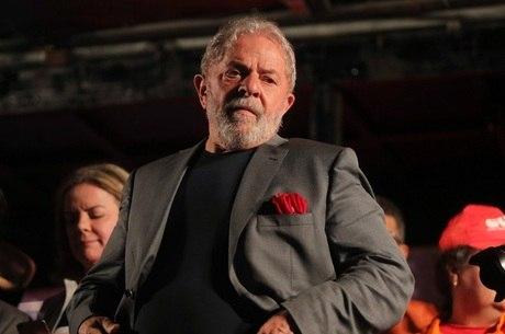 Lula precisa se entregar até as 17h de hoje