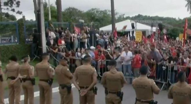 Estima-se que 2.000 pessoas aguardam saída de Lula da prisão