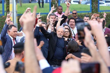 """""""Vocês foram o alimento para eu resistir"""", diz Lula a aliados"""