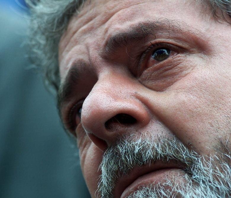 """O nome do ex-presidente <b><a href=""""https://jornaldebrasilia.com.br/politica-e-poder/lula-seria-um-dos-mandantes-do-assassinato-de-celso-daniel-segundo-marcos-valerio/"""">Lula, preso na Polícia Federal, em Curitiba, foi citado pelo empresário Marcos Valério, condenado por participação no processo conhecido como Mensalão, como um dos mandantes</a></b> do assassinato. Na foto, o então candidato à presidência da República chora durante o velório de Celso Daniel<br><b><a href=""""https://jornaldebrasilia.com.br/politica-e-poder/lula-seria-um-dos-mandantes-do-assassinato-de-celso-daniel-segundo-marcos-valerio/""""></a></b>"""